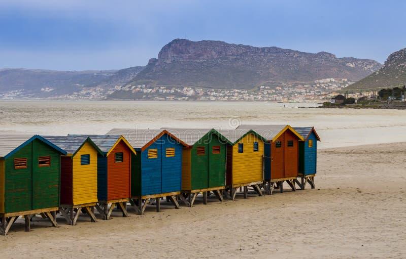 Bagnando le capanne in spiaggia di Muizenberg, davanti al mare dell'oceano, Cape Town, Sudafrica fotografia stock