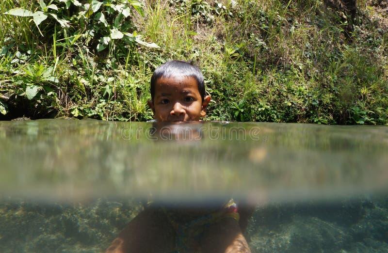 Bagnando in un fiume fotografie stock