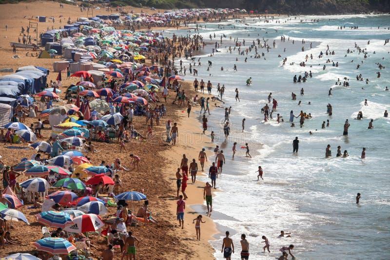 Bagnanti e spiaggia della costa algerina in Kabylia fotografia stock