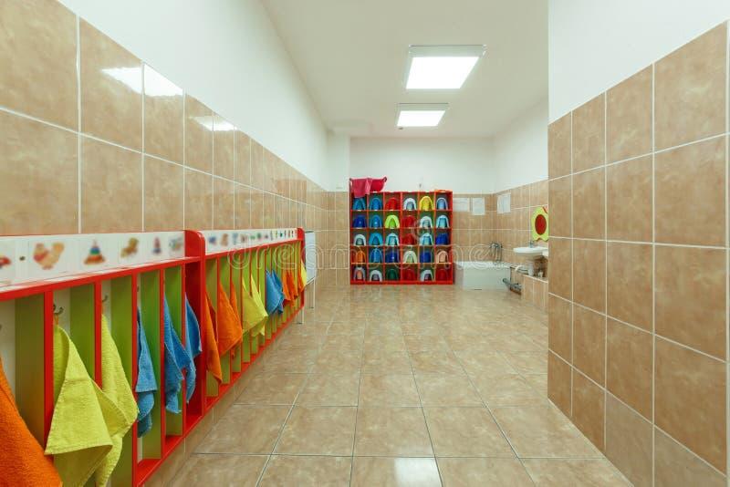 Bagni del ` s dei bambini e diversi asciugamani di un asilo fotografia stock libera da diritti