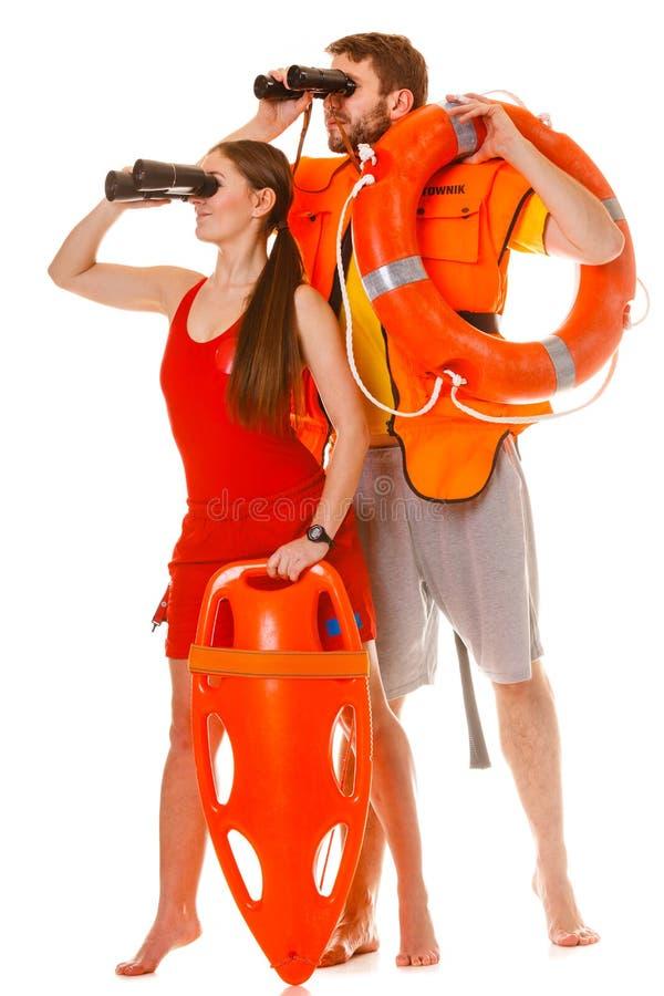 Bagnini con la boa di anello di salvataggio e la maglia di vita fotografie stock libere da diritti