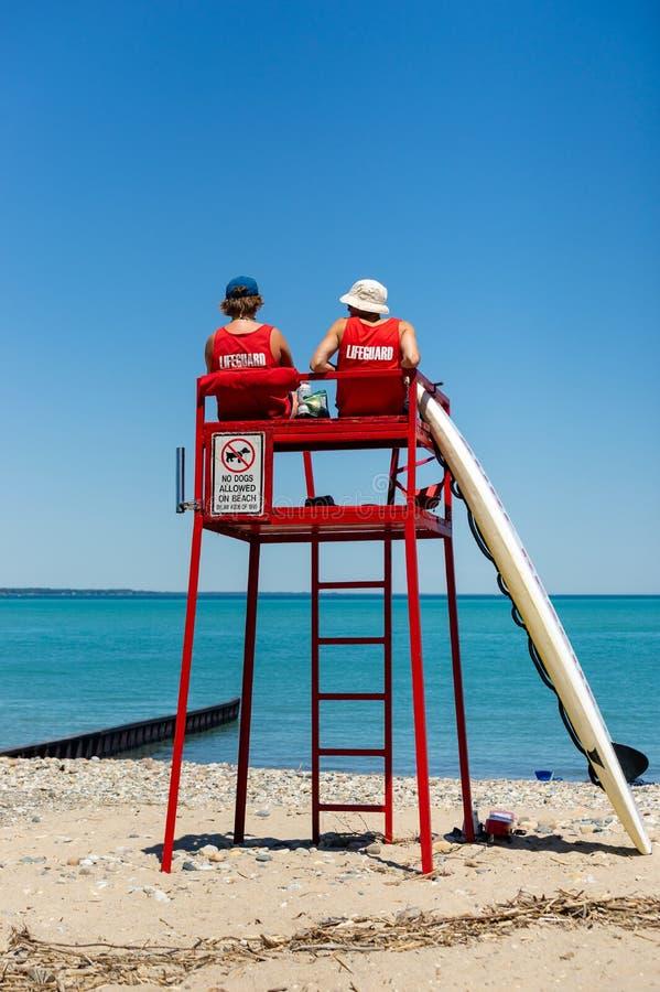 Bagnini osservando spiaggia dalla torre fotografie stock libere da diritti