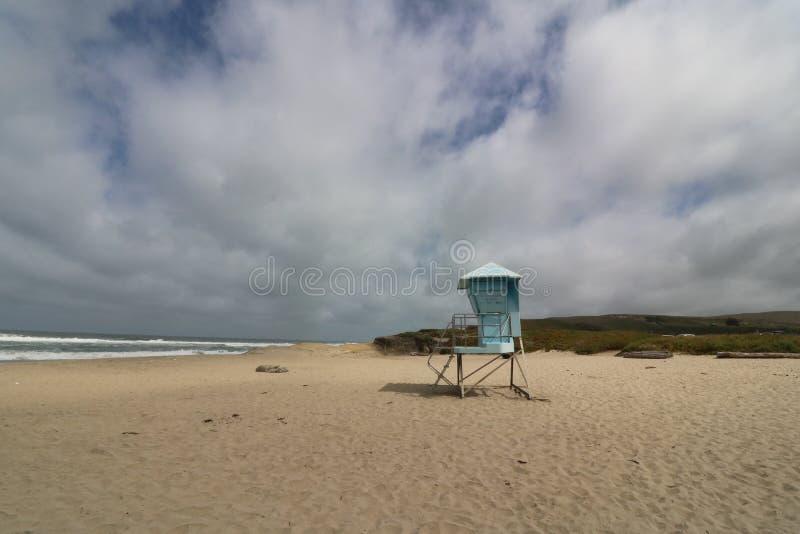 Bagnino Station su una spiaggia vuota, costa di California immagini stock libere da diritti