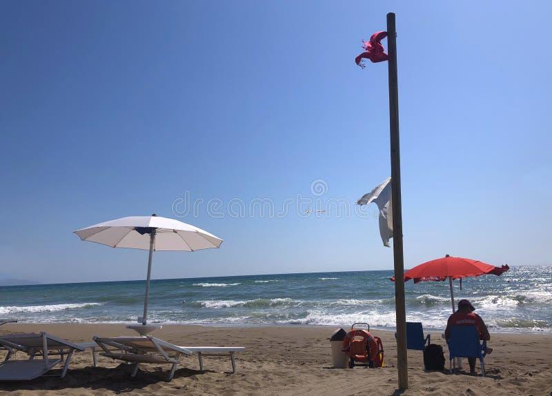 Bagnino sulla spiaggia, con il aquipment di salvataggio fotografie stock libere da diritti