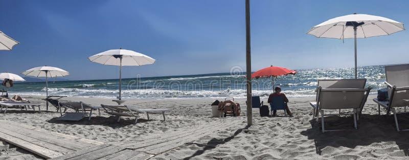 Bagnino sulla spiaggia, con il aquipment di salvataggio fotografia stock