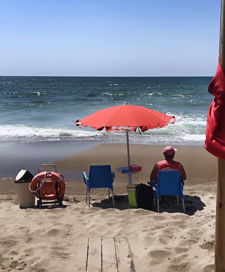 Bagnino sulla spiaggia, con il aquipment di salvataggio fotografie stock