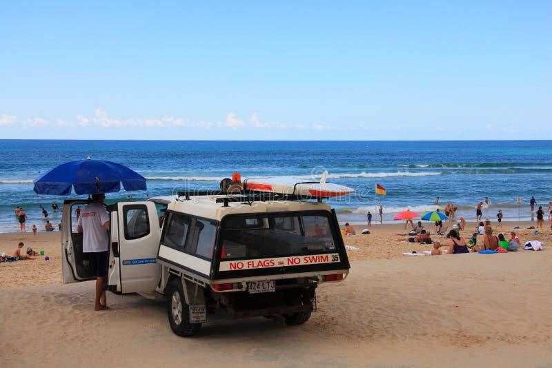 Bagnino, veicolo e la gente della spiaggia immagini stock