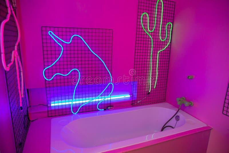 Bagno abbandonato sul concetto delle luci al neon allo studio fotografia stock libera da diritti
