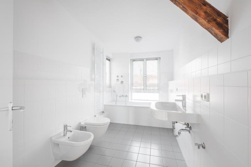 Bagno bianco - vasca piastrellata moderna del bagno - immagini stock