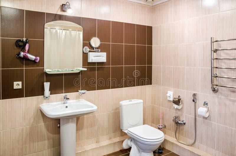 Bagno A Colori I Colori Caldi, Con Una Toilette, Una Vasca, Un ...