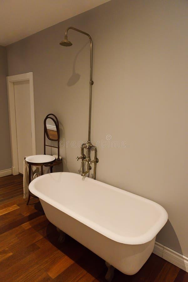 Bagno con la doccia antica nel bagno immagini stock libere da diritti