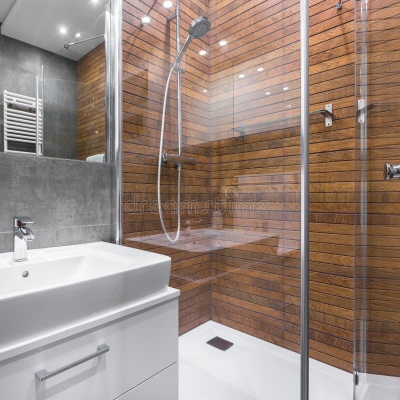 Bagno con la doccia di legno di effetto immagine stock