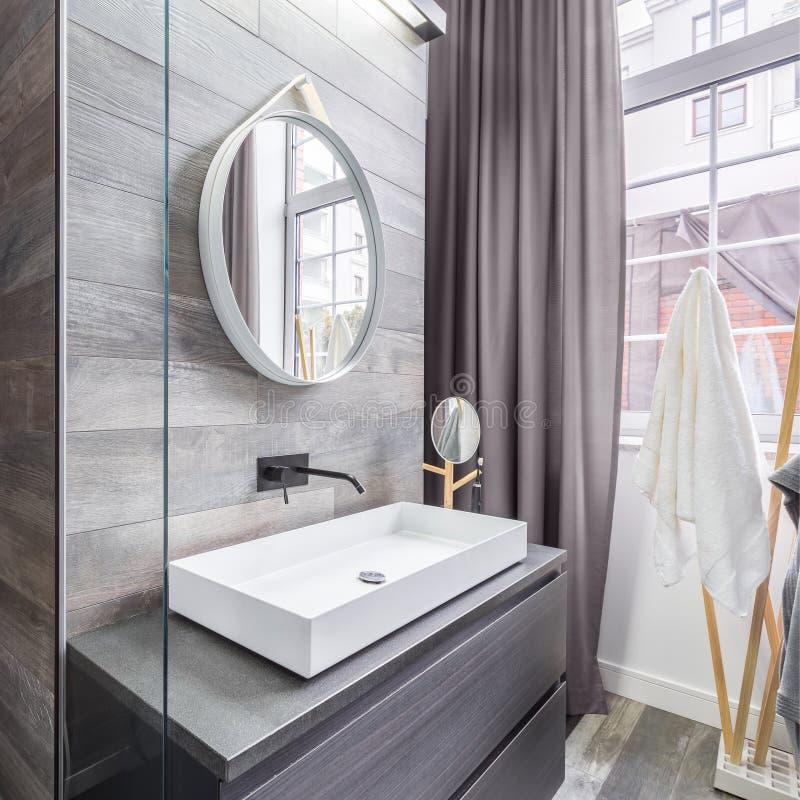 Bagno con la doccia ed il bacino fotografia stock