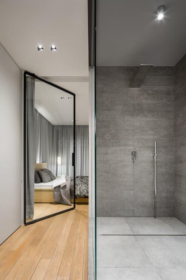 Bagno con la doccia piastrellata grigia immagine stock
