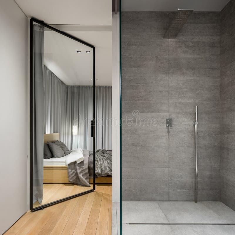 Bagno con la passeggiata spaziosa in doccia immagine stock