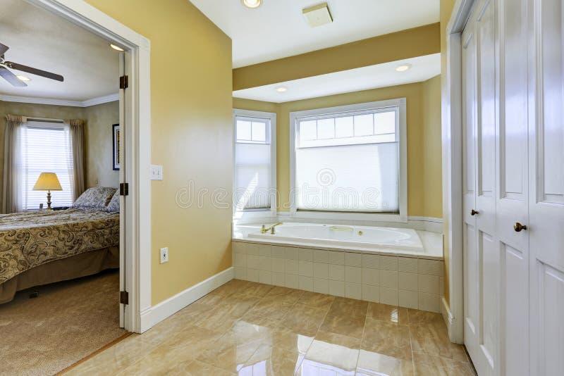 Bagno con la pavimentazione in piastrelle brillante in - Camera da letto con bagno ...