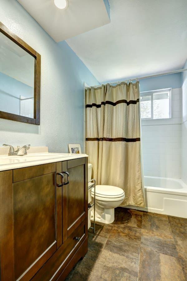 Bagno con la pavimentazione in piastrelle marrone e le pareti blu chiaro immagine stock - Bagno marrone e beige ...