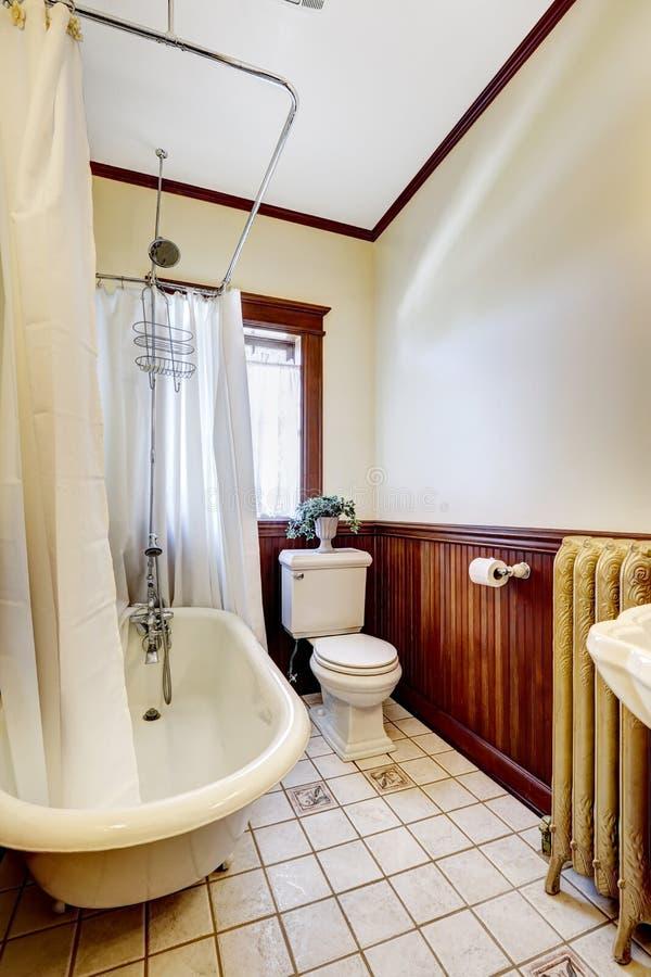 Bagno con la tenda avvolgente bianca della vasca da bagno - Tenda vasca da bagno ...