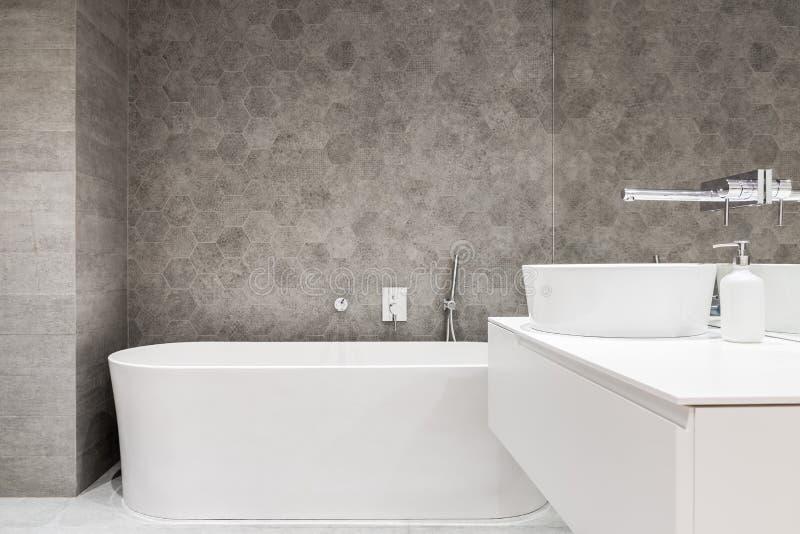 Bagno contemporaneo con la vasca bianca immagini stock libere da diritti