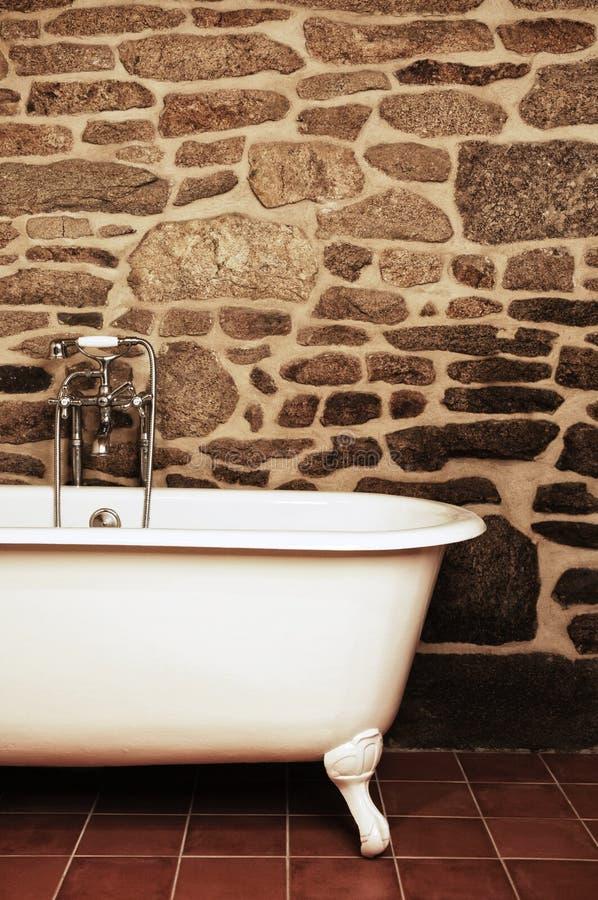 Bagno d'annata con la vasca di Clawfoot fotografia stock libera da diritti