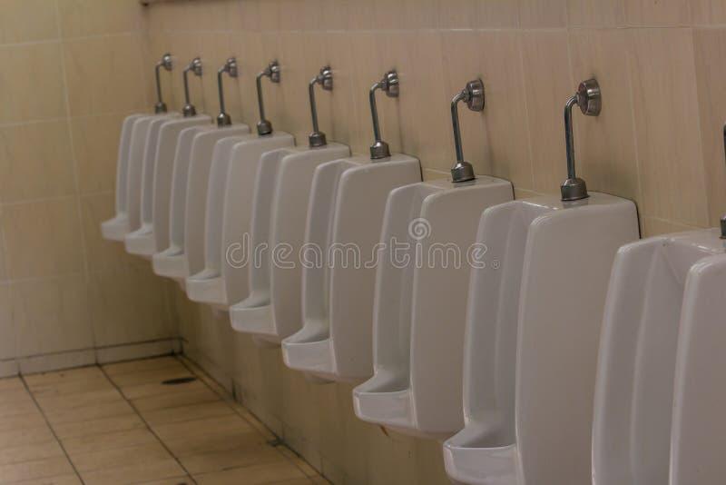 Bagno degli uomini con la fila del lavabo bianco immagine stock libera da diritti