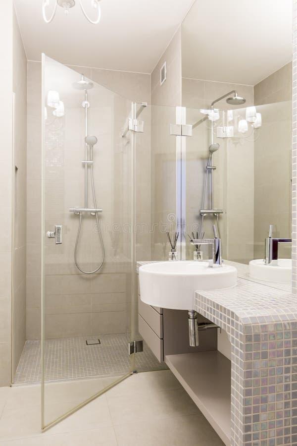 Bagno del mosaico con la doccia di vetro fotografia stock immagine di specchio luxurious - Mosaico vetro bagno ...