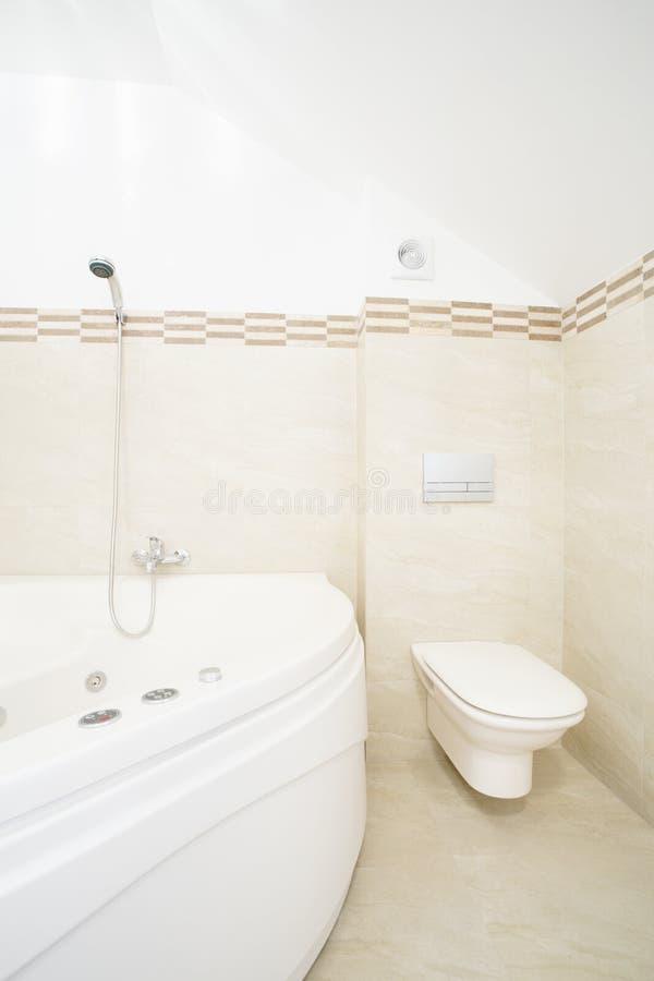 Bagno del mulinello in bagno di lusso immagine stock immagine di ceramic mobilia 45931387 - Asciugamani bagno di lusso ...