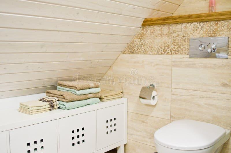 Bagno del sottotetto con il dettaglio di legno del soffitto fotografia stock