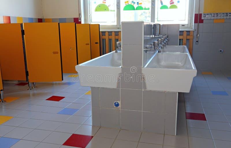 Bagno Della Scuola Materna Con I Lavandini Ceramici