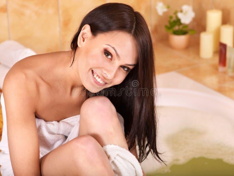 Bagno di bolla dell'introito della donna. fotografia stock