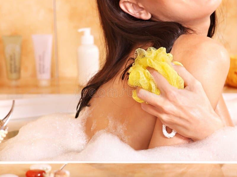 Bagno di bolla dell'introito della donna. fotografia stock libera da diritti