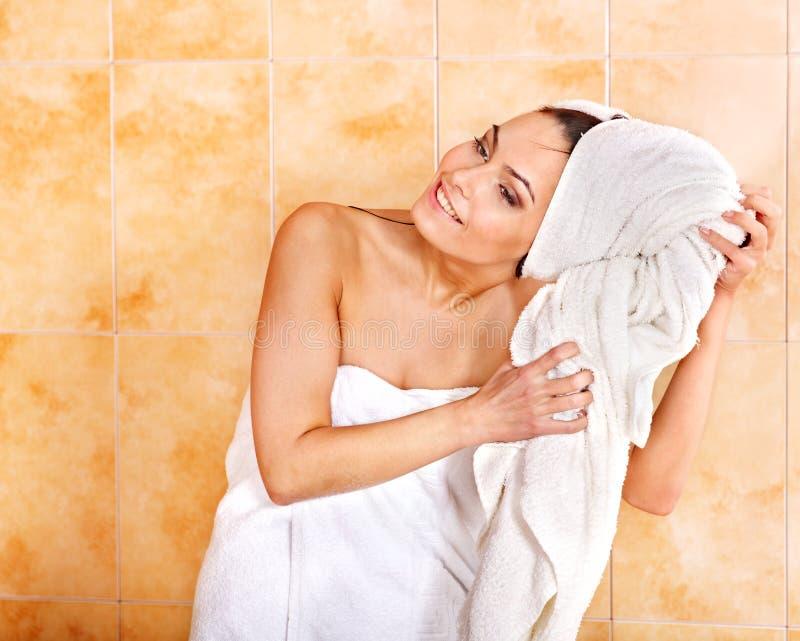 Bagno di bolla dell'introito della donna. fotografie stock