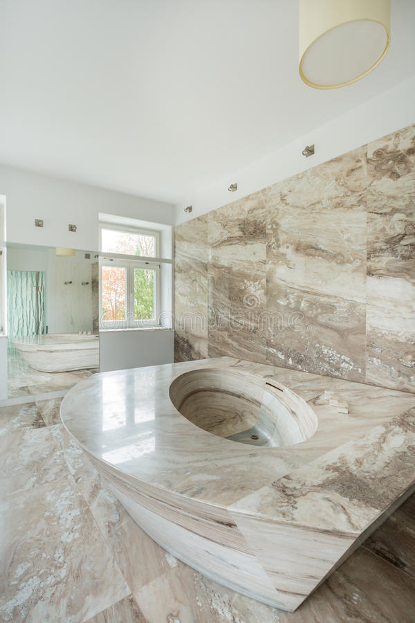 Bagno di lusso con gli elementi di marmo fotografia stock for Elementi bagno