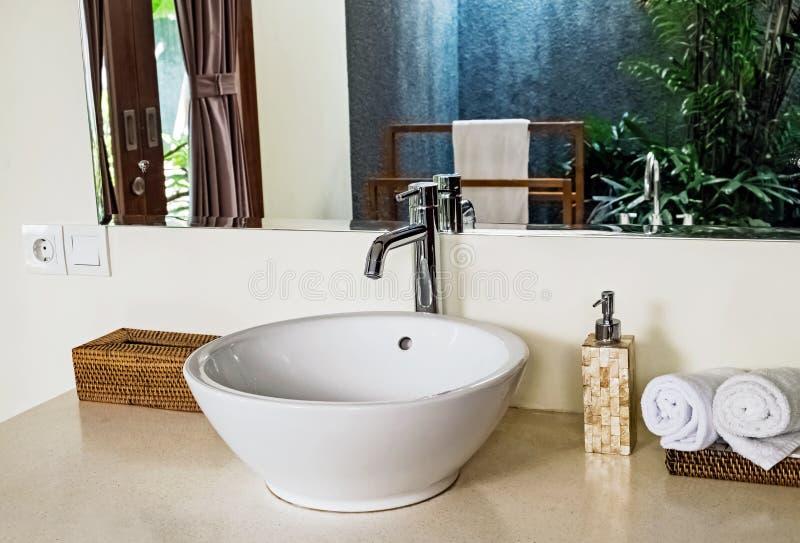 Bagno di lusso con il lavandino rotondo con il concetto dello spazio aperto immagini stock libere da diritti