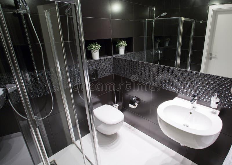 Bagno di lusso con la doccia immagini stock