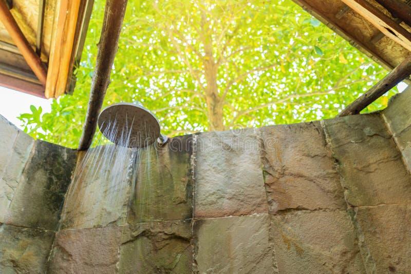 Bagno di lusso con la doccia all'aperto sul fondo dell'albero fotografia stock