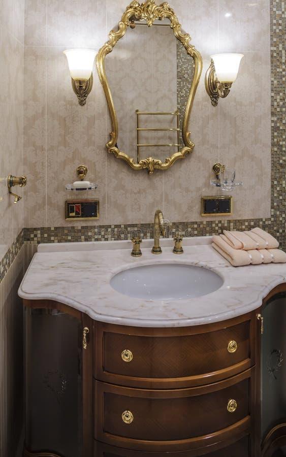 Bagno di lusso nello stile classico immagine stock - Asciugamani bagno di lusso ...