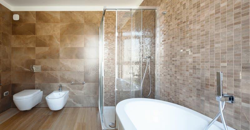 Bagno di lusso in una casa moderna fotografie stock libere da diritti