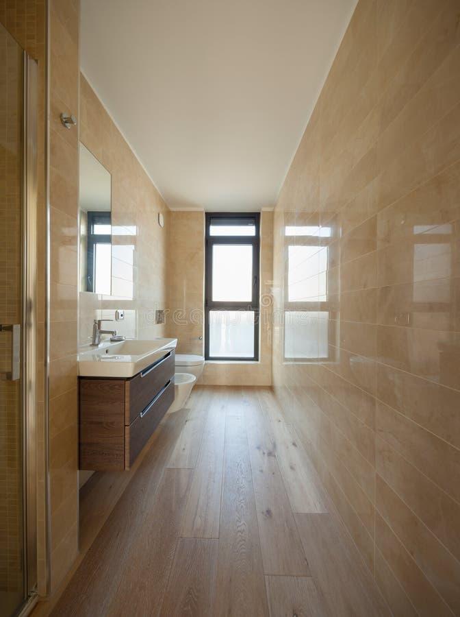 Bagno di lusso in una casa moderna immagini stock libere da diritti
