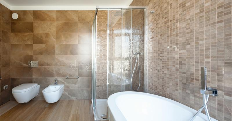 Bagno di lusso in una casa moderna immagini stock