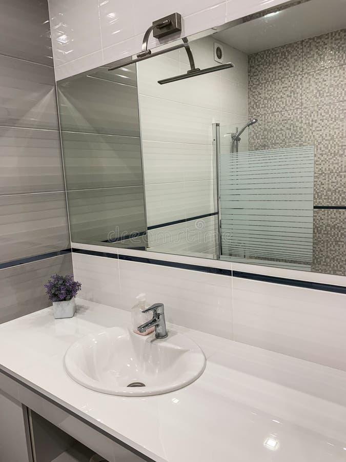 Bagno di progettazione moderna Grande interno moderno del bagno con il pavimento alla piastrellatura del soffitto ed ai montaggi  fotografia stock libera da diritti