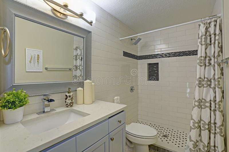 Bagno di recente rinnovato con la doccia delle persone senza appuntamento fotografie stock