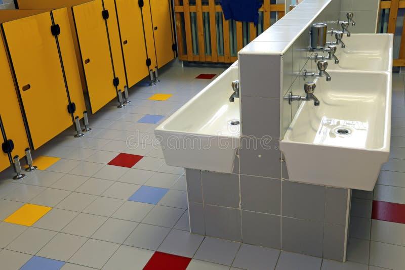 Bagno di una scuola materna con le porte della toilette - Toilette da bagno ...