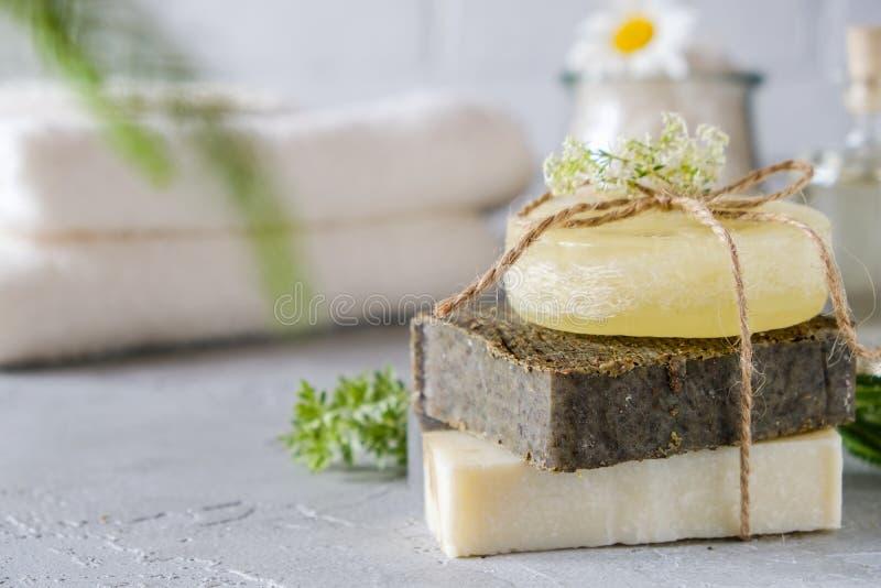 Bagno e concetto naturale dei cosmetici Barre fatte a mano del sapone sulla tavola bianca Stazione termale e Bodycare fotografia stock libera da diritti