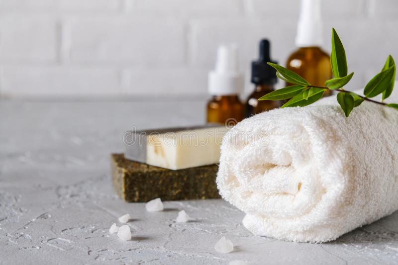 Bagno e concetto naturale dei cosmetici Barre fatte a mano ed asciugamani del sapone sulla tavola bianca fotografie stock