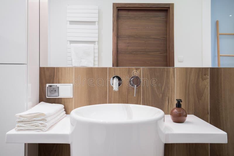Bagno elegante con backsplash di legno fotografia stock