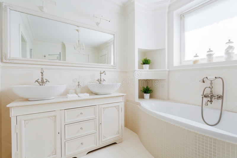 Bagno elegante con i montaggi bianchi immagine stock