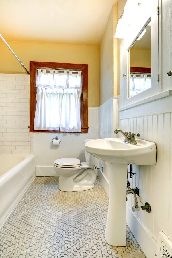 Bagno giallo e bianco con la finestra fotografia stock immagine di basamento domestico 39961916 - Bagno arancione e bianco ...