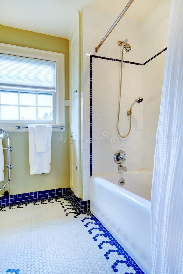 Bagno giallo e bianco luminoso con la pavimentazione in - Bagno blu e bianco ...