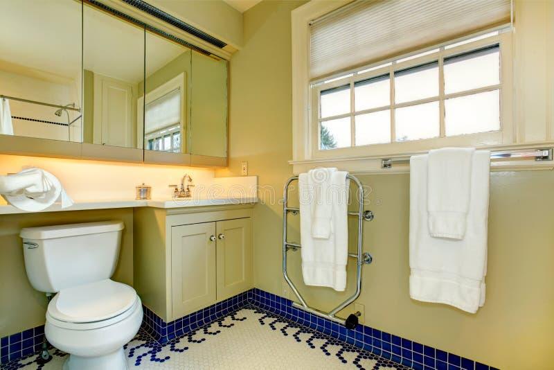 Bagno giallo luminoso con la pavimentazione in piastrelle - Piastrelle bagno blu ...